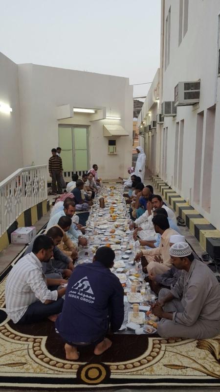 مستشفى تبالة العام توزّع كُسْوة العيد على العاملين (313948421) 