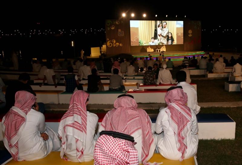 مسرح حكايا أثنار فقرة حكايا مرابطين وفي الصورة الدتور عبدالله المغلوث مع عدد من الأطفال