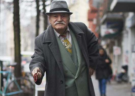 مسن يرتدي بدلة كل يوم