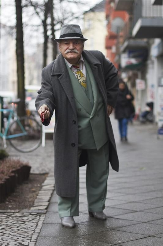 مسن يرتدي بدلة كل يوم1