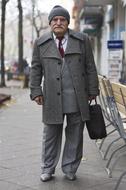 مسن يرتدي بدلة كل يوم2