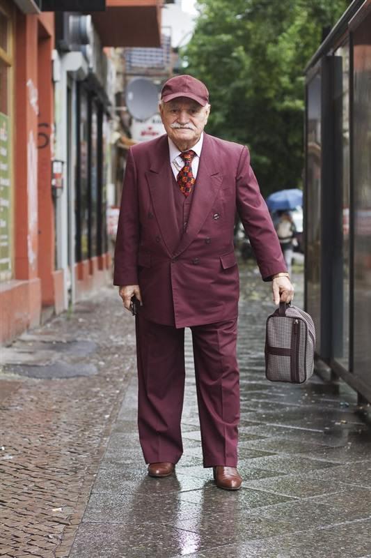 مسن يرتدي بدلة كل يوم3