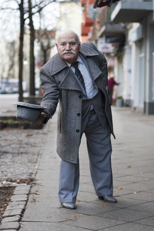 مسن يرتدي بدلة كل يوم4