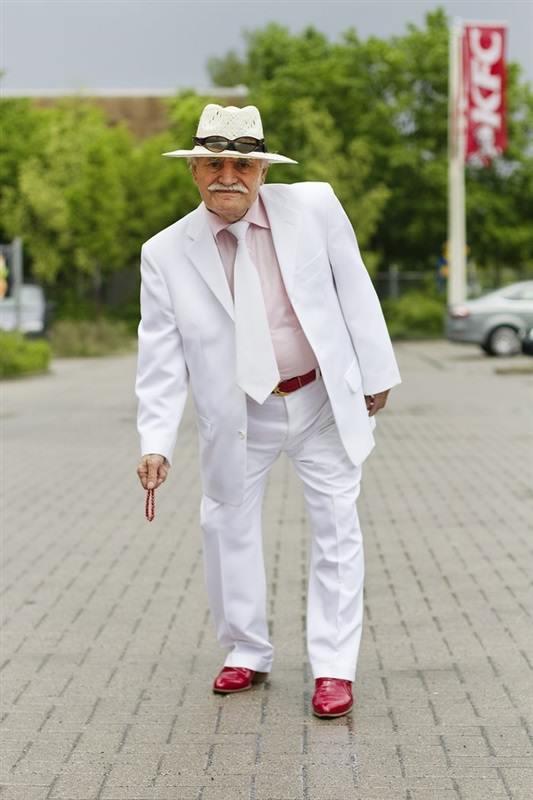 مسن يرتدي بدلة كل يوم5