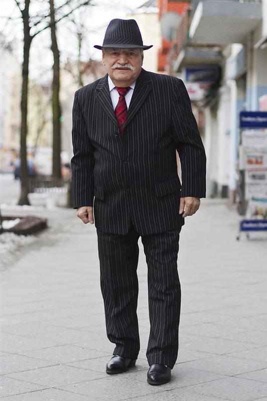 مسن يرتدي بدلة كل يوم8
