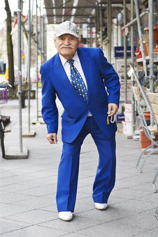 مسن يرتدي بدلة كل يوم9