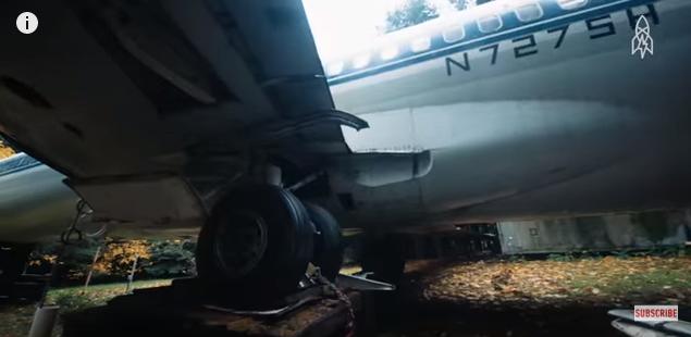 مسن يعيش داخل طائرة ركّاب قديمة في غابات أوريغون بأمريكا
