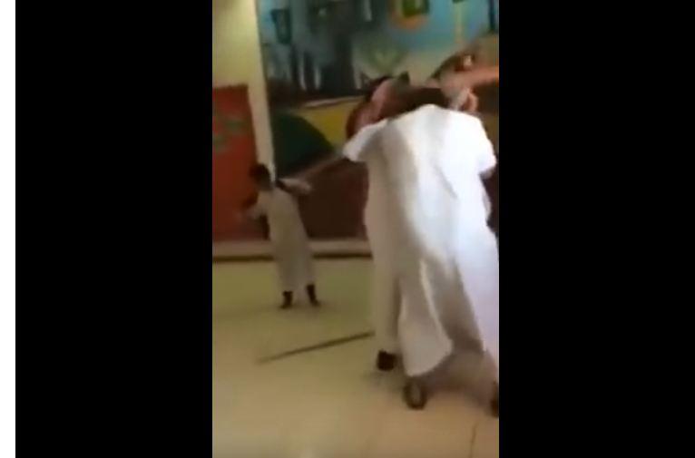 مسن يقتحم مدرسة المشعاب
