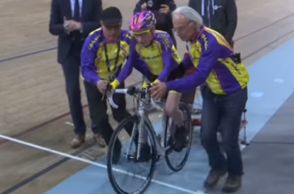 شاهد.. مسن بعمر 105 أعوام يقطع بدراجته 22.5 كم خلال ساعة في باريس - المواطن