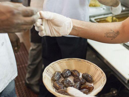 مسيحي في مطعم سعودي بأمريكا (4)