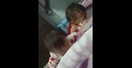 شاهد.. مشاجرة عنيفة بين طفلين وكيف تصرفت الأم!! - المواطن