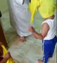 شاهد بالفيديو.. مشجع يجبر أبناءه على خلع قميص الهلال ويرميه بسلة المهملات - المواطن