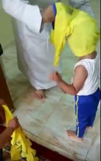 شاهد بالفيديو.. مشجع يجبر أبناءه على خلع قميص الهلال ويرميه بسلة المهملات
