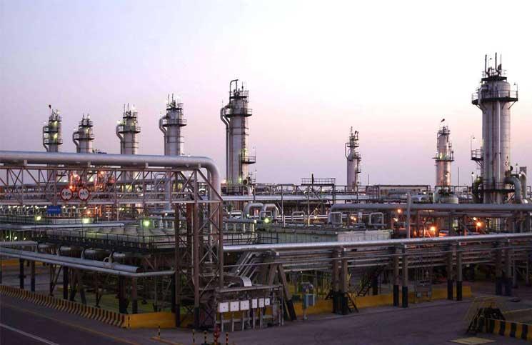 أرامكو تستبق الطرح العالمي بتعزيز تجربتها في تحويل النفط الخام إلى كيماويات