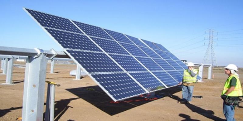 طالبان بجامعة الطائف يبتكران روبوتًا ذكيًّا لتنظيف الألواح الشمسية