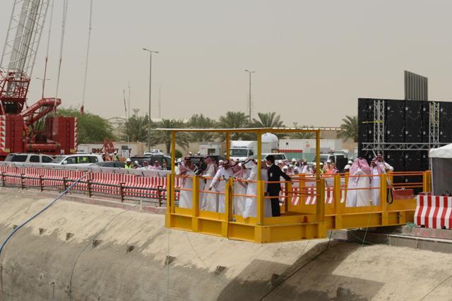 فيصل بن بندر يطلق عمل آلة (ظفرة) العملاقة ويؤكد : لامعوقات في مترو الرياض - المواطن