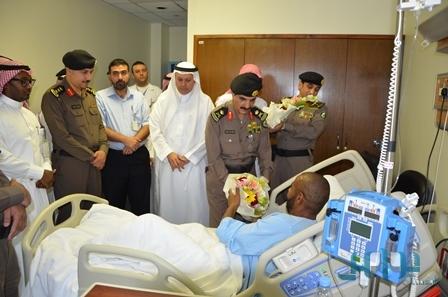 اللواء الزهراني يطمئن على صحة مصاب بحادثة الخفجي - المواطن