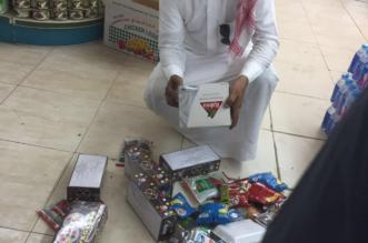بالصور.. مصادرة عصائر وحلوى أطفال منتهية الصلاحية في بارق - المواطن