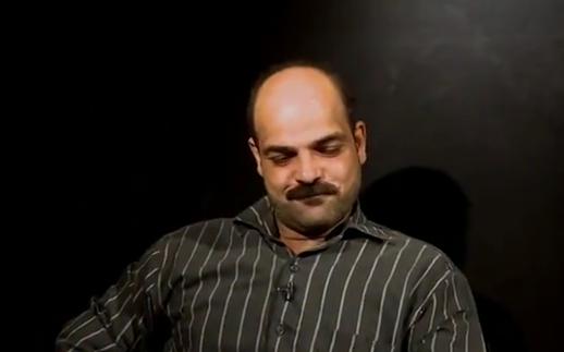 مصري-يحمل-كفنه-اعتذارا-لزوجته