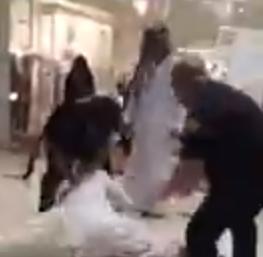 مضاربة بالكويت بمركز تجاري