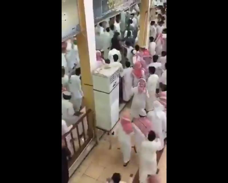 فيديو صادم.. مضاربة جماعية في إحدى مدارس مكة المكرمة