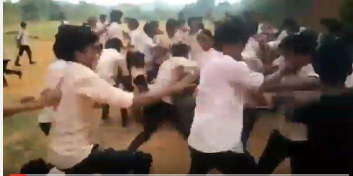 بالفيديو.. اشتباك بالأيدي بين عشرات الطلاب والسبب!!