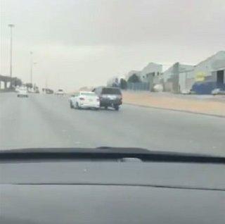 بالفيديو.. مطاردة بين 3 سيارات كادت تنتهي بكارثة بالرياض