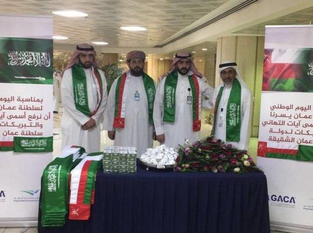 مطار الرياض يستقبل الزوار العمانيين بالورود والهدايا بمناسبة اليوم الوطني للسلطنة