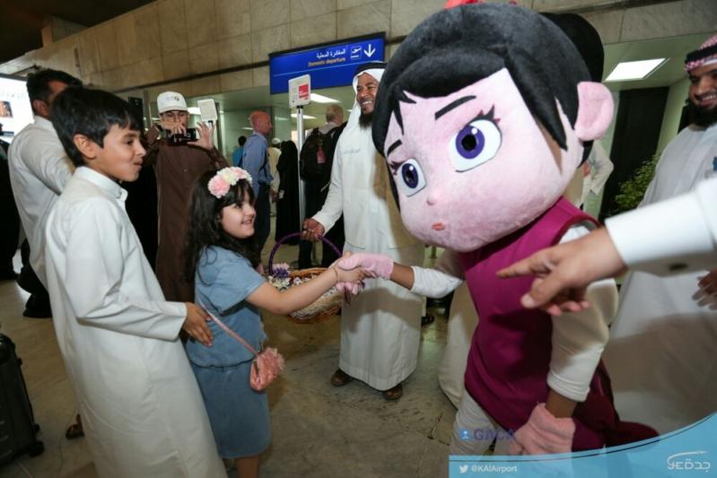 مطار الملك عبد العزيز يُشارك مسافريه فرحة العيد (1)