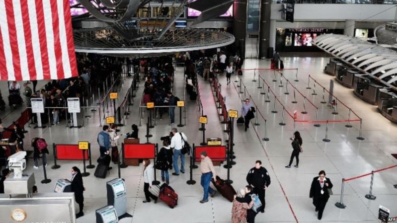 أمريكا تعلق خدمات منح تأشيرة الدخول
