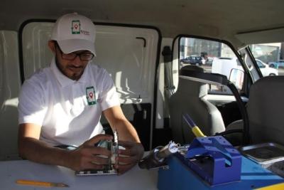 معاق يقود شاب إلى الانطلاق بمشروع سيارة متنقلة متخصصه بيع وصيانة أجهزة الجوالات1