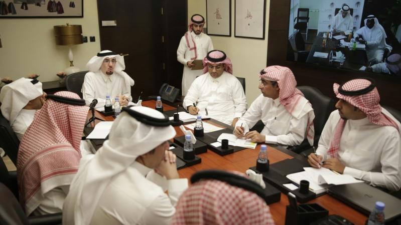 معالي وزير العمل خلال لقاءه عملاء الوزارة عبر خدمة الاتصال المرئي