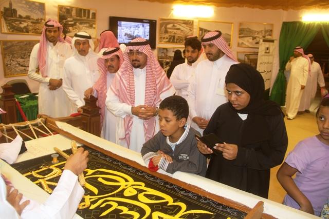 معرض رئاسة الحرمين يستقبل عدد كبير من الزوار وأمين الطائف المهندس محمد المخرج (2)