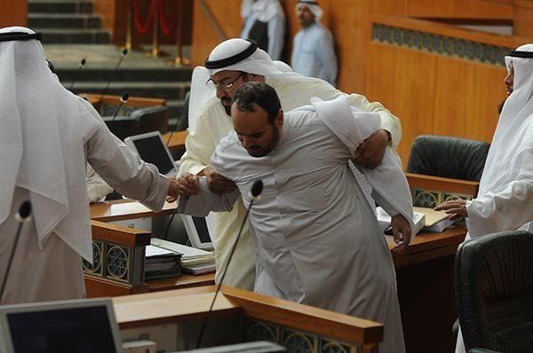 معركة  النعال والعقال  تنهي جلسة مجلس الأمة  (102861725) 