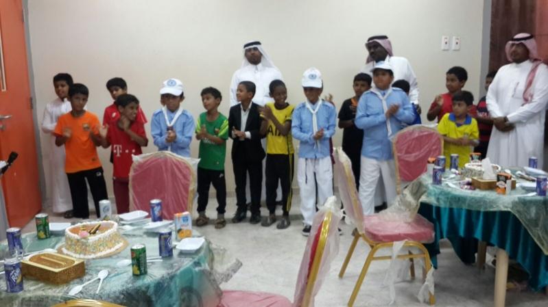 معلمي وطلاب مدرسة بعسير يكرمون الطالب اليمني عزّام (1)