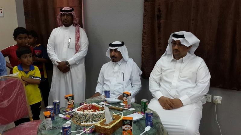 معلمي وطلاب مدرسة بعسير يكرمون الطالب اليمني عزّام (2)