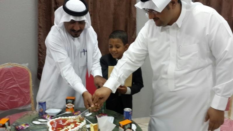 معلمي وطلاب مدرسة بعسير يكرمون الطالب اليمني عزّام (3)
