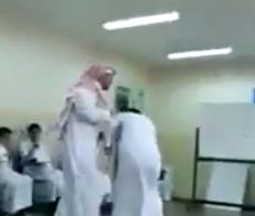 معلم بمدارس الفيصلية يضرب طالب