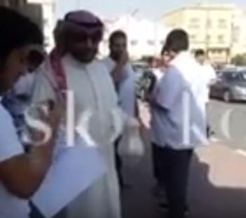معلم كويتي  يقوم بضيافة طلبة الثانوية القهوة العربية