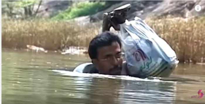 معلم يسبح للوصول لمدرسته