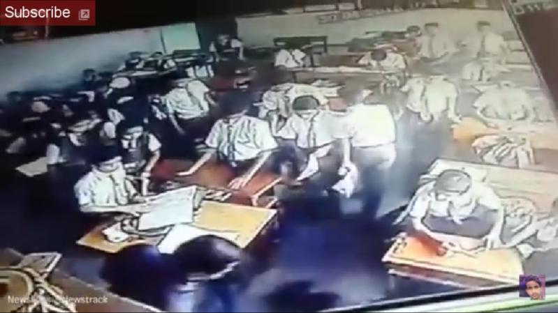 معلم يضرب طالب