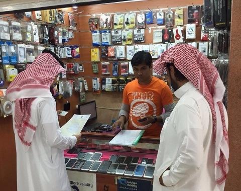 مفتشو وزارة العمل يراجعون سجلات منشأة خلال الحملة التفتيشية --