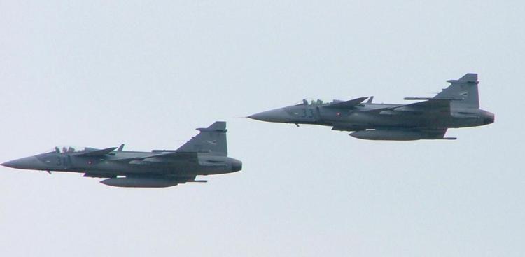 مقاتلات سلاح الجو الهنغاري تعترض طائرة بريطانية