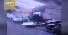 مقطورة تطير في الهواء بسبب الاعصار