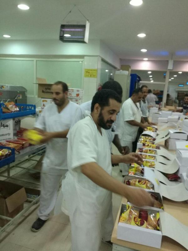 مكتب تعليم بحرة يتطوع لحجاج بيت الله بالماء والغذاء