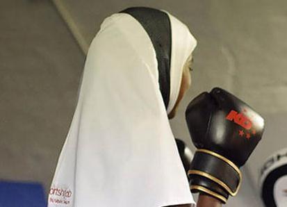 ملاكمة مسلمة تطلق أغطية للرأس مخصصة للرياضيات المحجبات
