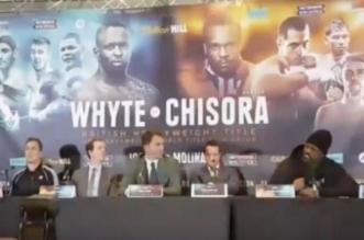 ملاكم بريطاني يلقي بطاولة على خصمه أثناء مؤتمر صحفي