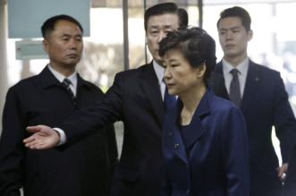 بالصور.. ملامح رئيسة كوريا وهم يقودونها للسجن - المواطن