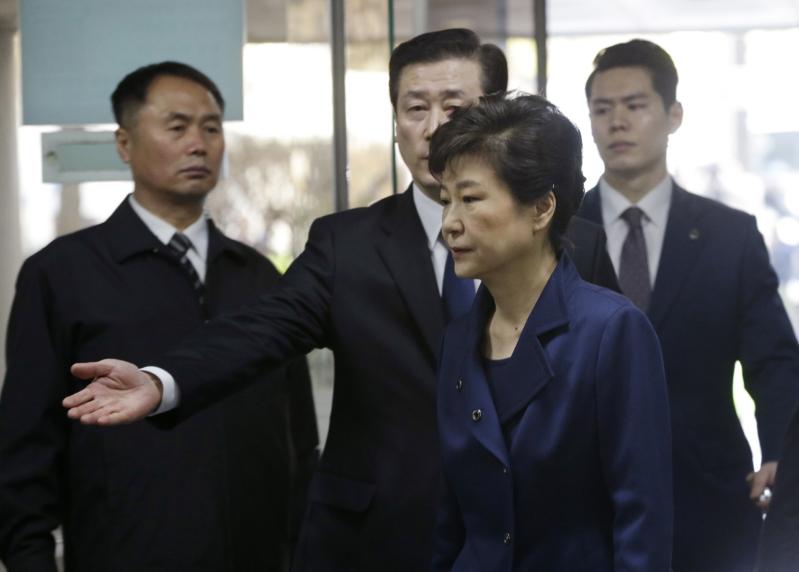 بالصور..  ملامح رئيسة كوريا وهم يقودونها للسجن