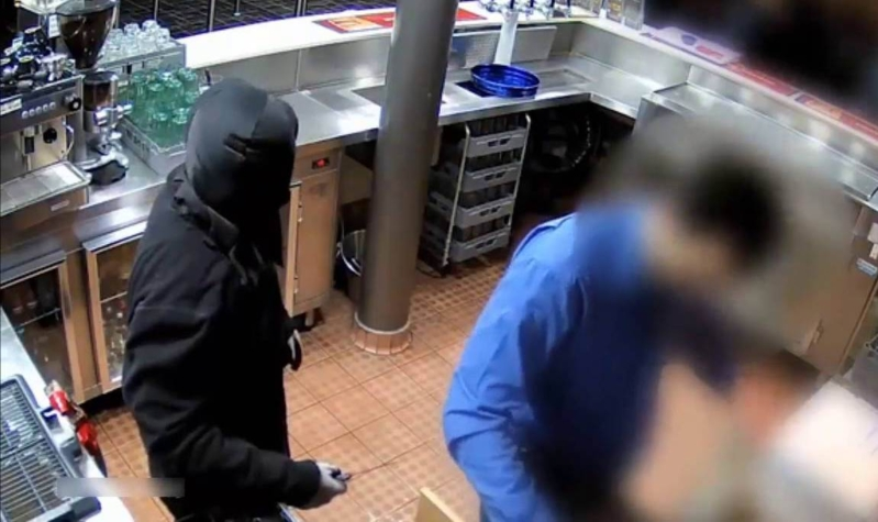 ملثم يسرق محلاً مستخدماً سكيناً في أستراليا